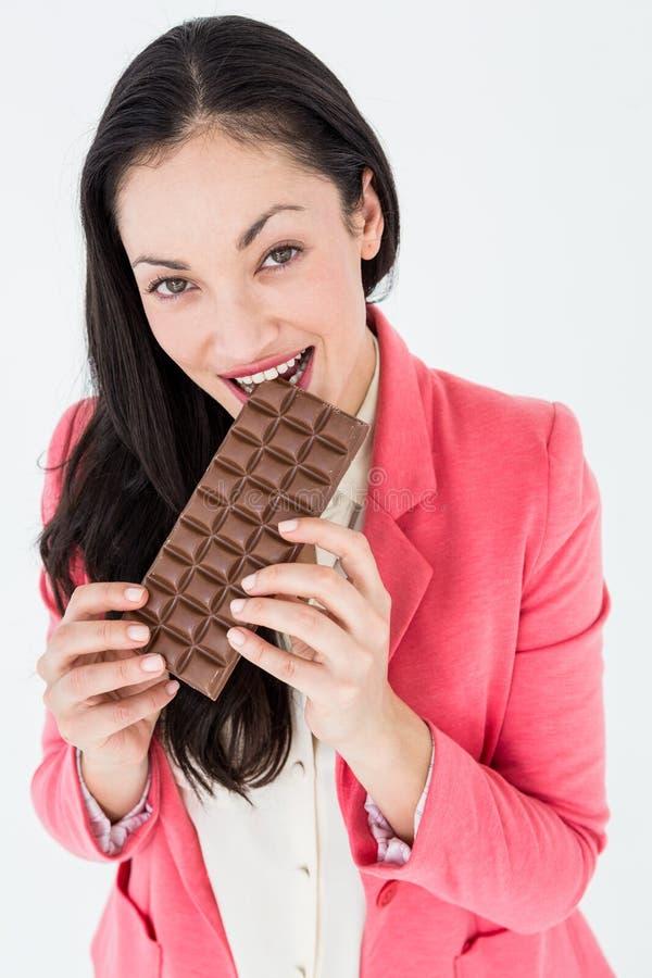 微笑的浅黑肤色的男人尖酸的巧克力 免版税库存照片