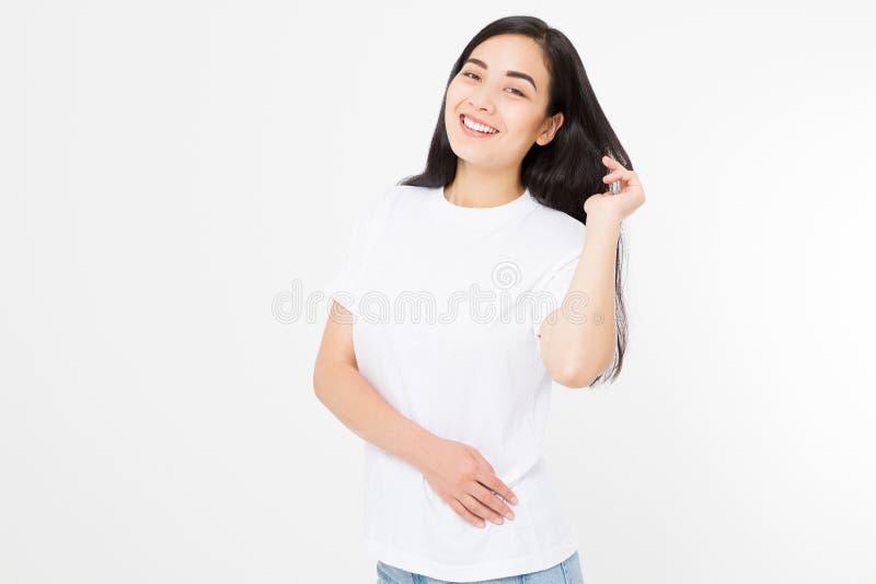 微笑的深色的亚裔女孩画象有在白色背景隔绝的长和发光的平直的女性头发的 美丽的妇女 库存图片