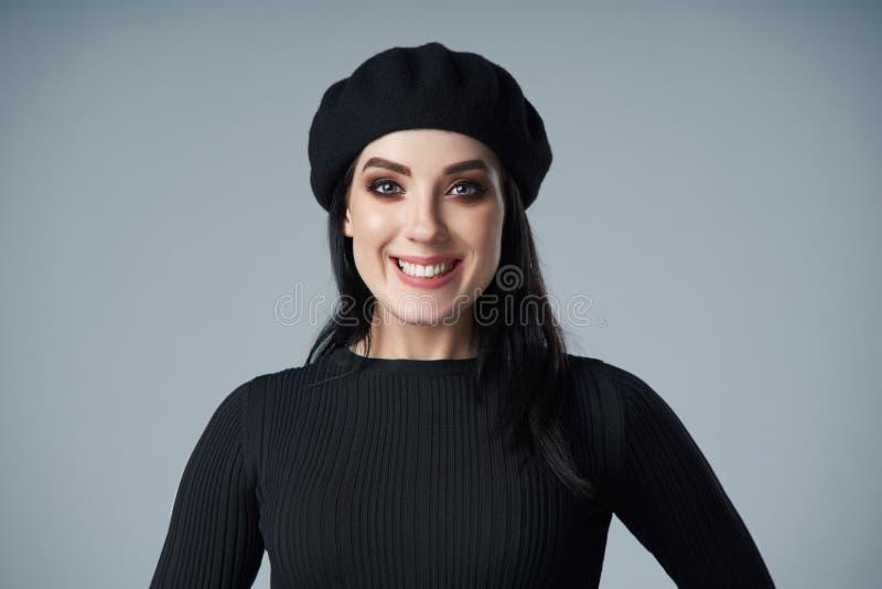 微笑的深色的女孩画象贝雷帽的 库存图片