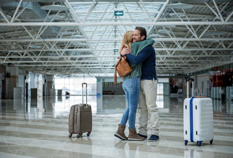 微笑的游人说再见在机场 图库摄影