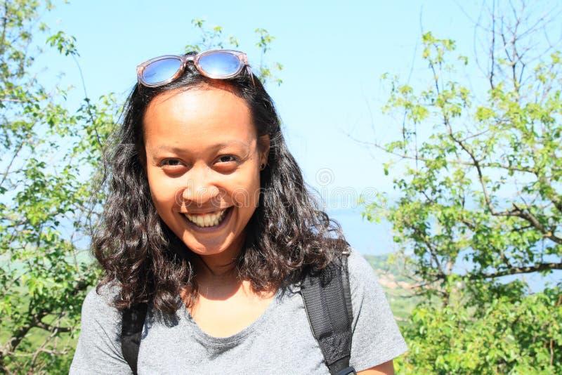 微笑的热带女孩画象  免版税库存图片