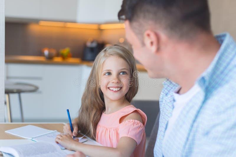 微笑的父亲和一个小女儿 库存图片