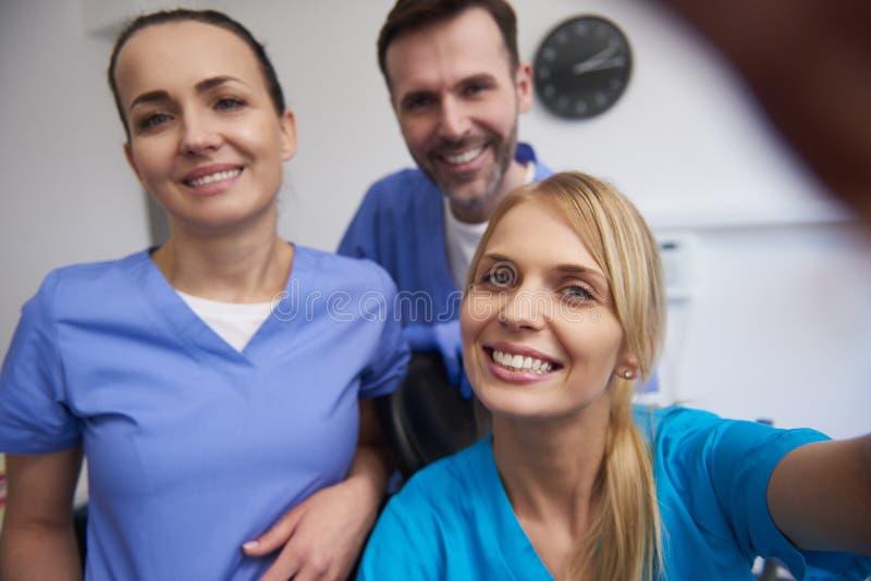 微笑的牙医队在牙医的办公室 免版税图库摄影