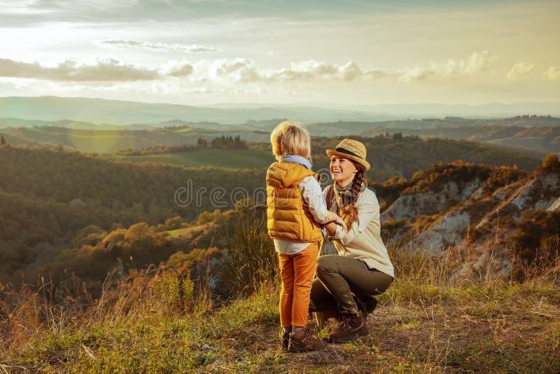 微笑的现代母亲和孩子夏天托斯卡纳路线使用的 库存照片