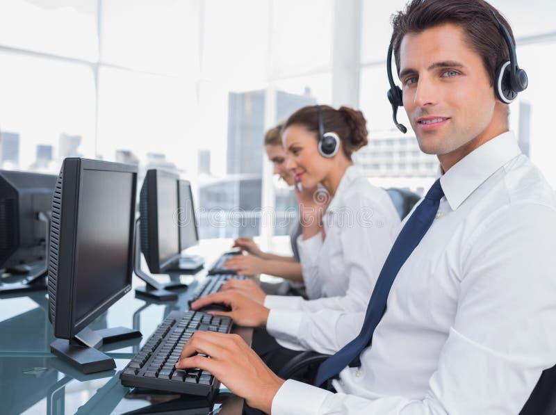 微笑的电话中心雇员画象  免版税库存图片