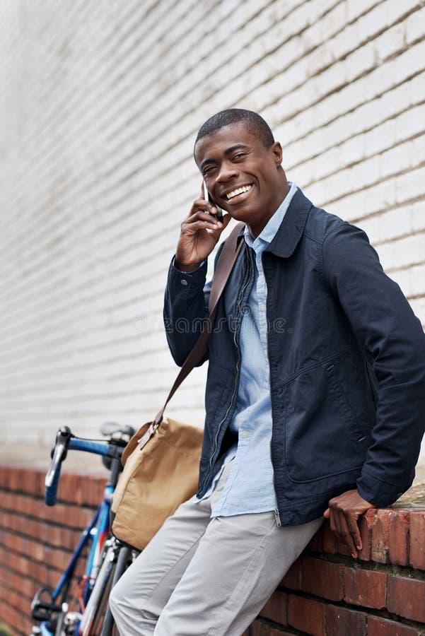微笑的电话非洲人人 库存照片