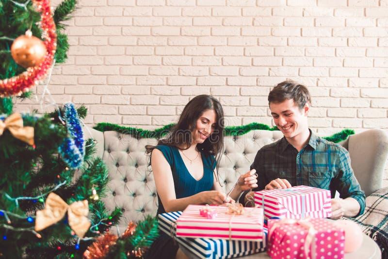 微笑的男人和妇女包装礼物,自由空间 免版税库存照片