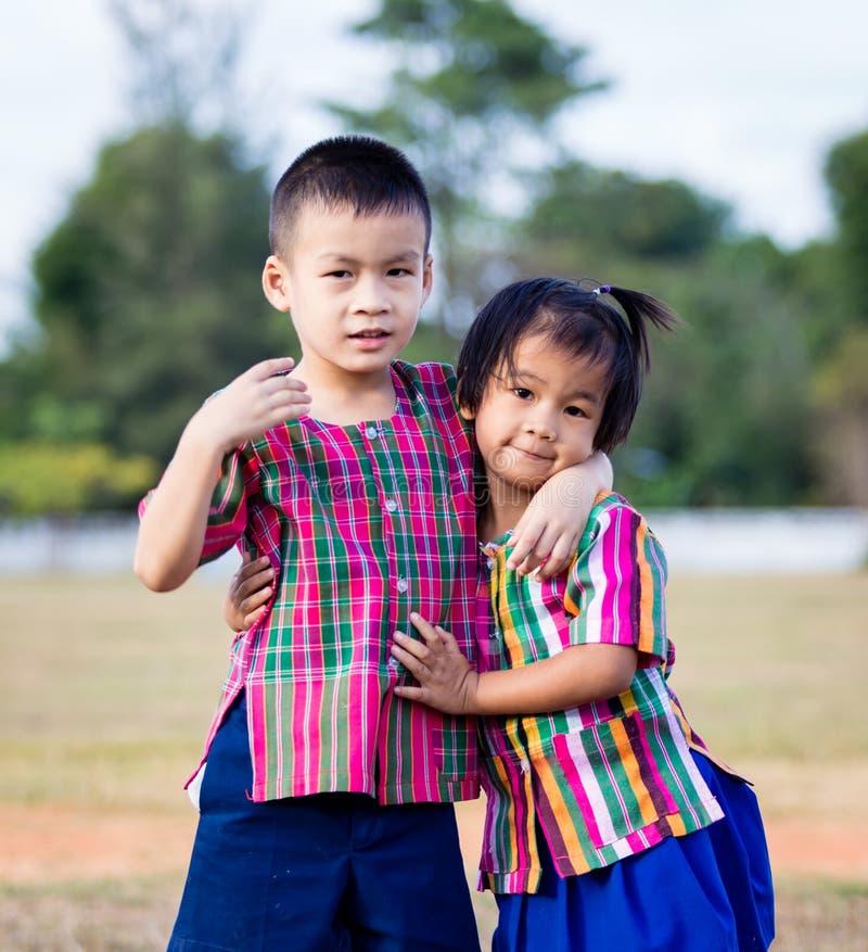 微笑的男孩和一个小女孩 库存照片