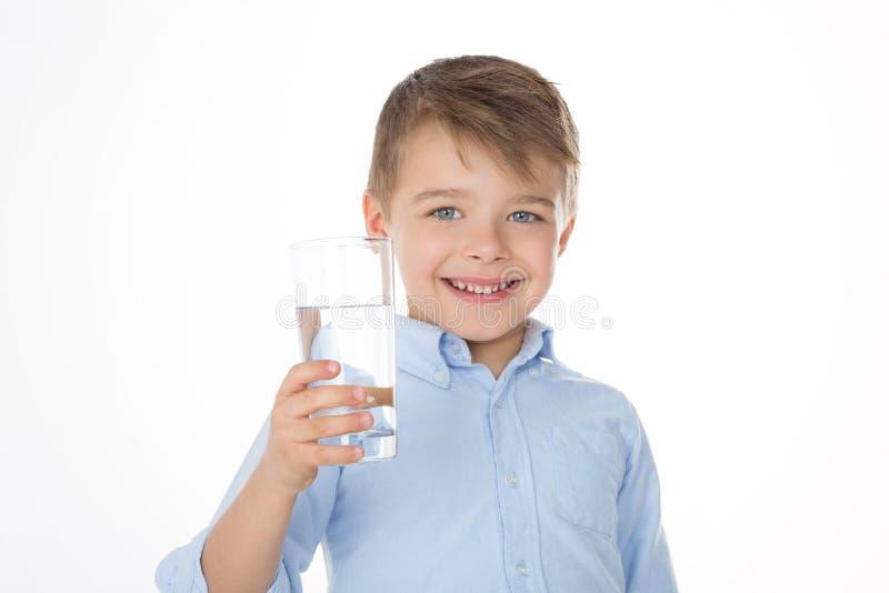 微笑的男孩用水 免版税库存图片