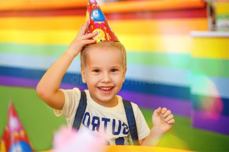 微笑的男孩,生日 免版税库存照片