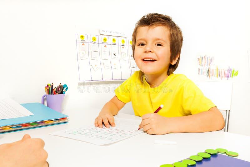 微笑的男孩画与在本文的铅笔 免版税库存照片