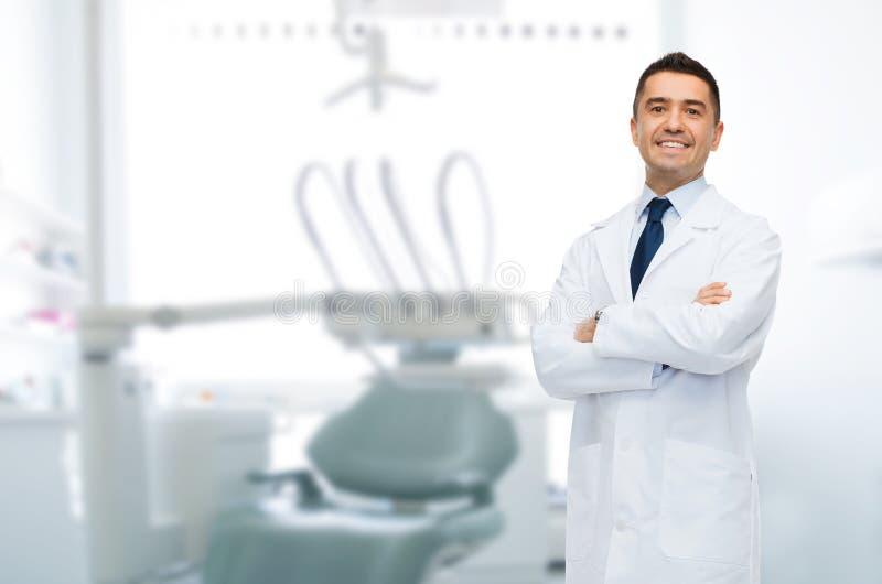 微笑的男性中部年迈的牙医 免版税库存图片