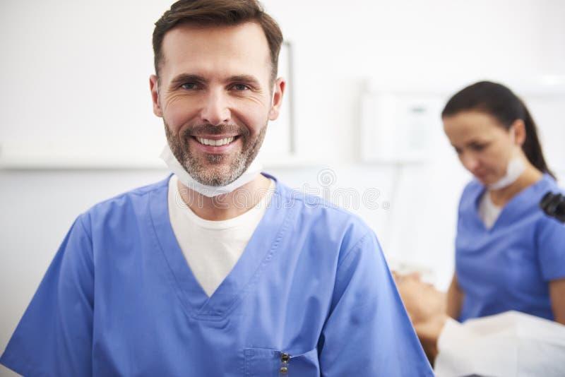 微笑的男性牙医画象牙医的诊所的 免版税库存图片