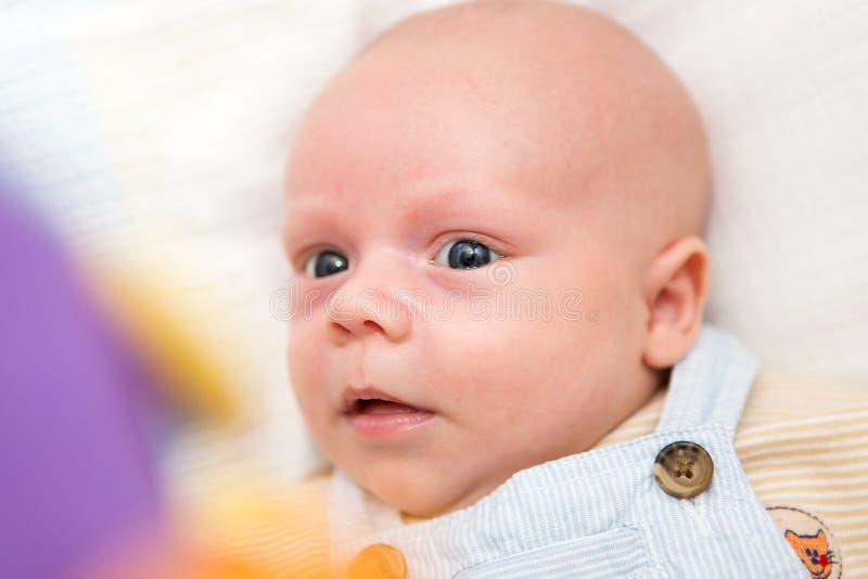 微笑的男婴画象  免版税库存图片