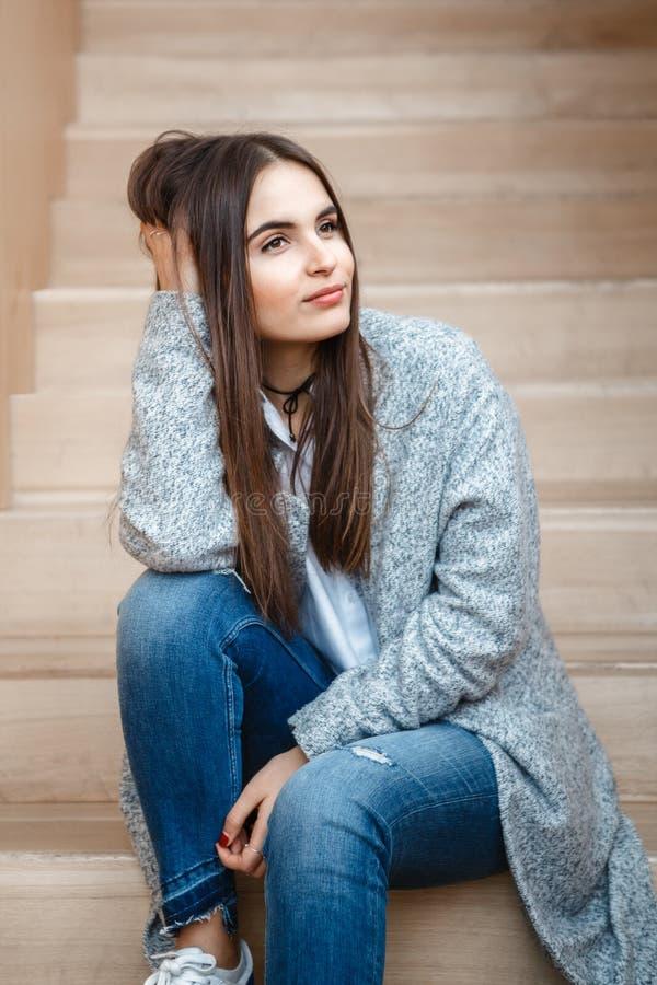 微笑的白种人深色的年轻美好的女孩妇女模型画象与长的黑发和棕色眼睛的 免版税库存照片