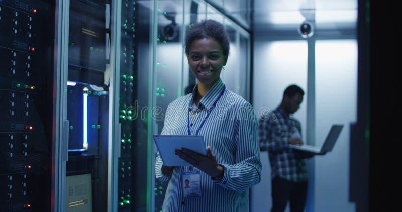 微笑的种族妇女在数据中心 图库摄影