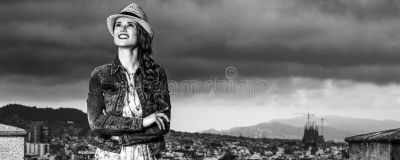 微笑的端庄的妇女在巴塞罗那,调查距离的西班牙 免版税图库摄影