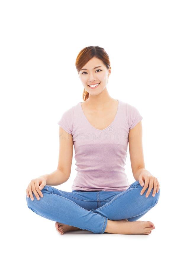 微笑的美丽的亚裔少妇坐地板 库存照片