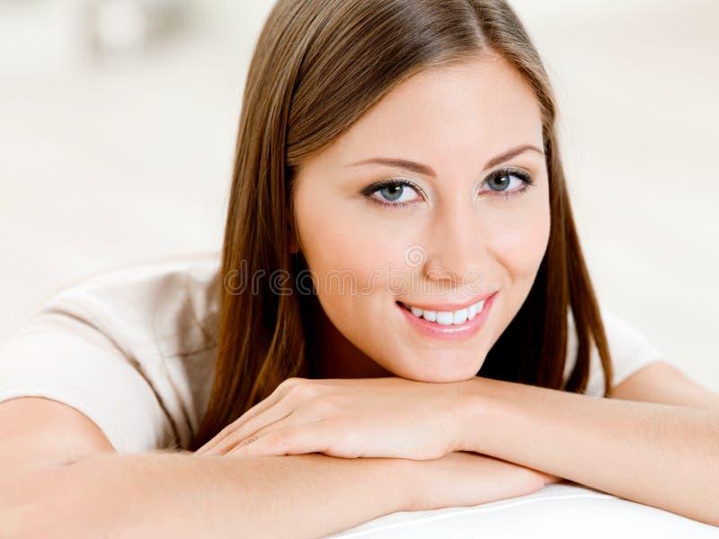 微笑的美丽的妇女纵向  免版税库存照片