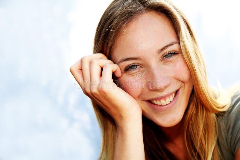 微笑的美丽的妇女 免版税库存图片