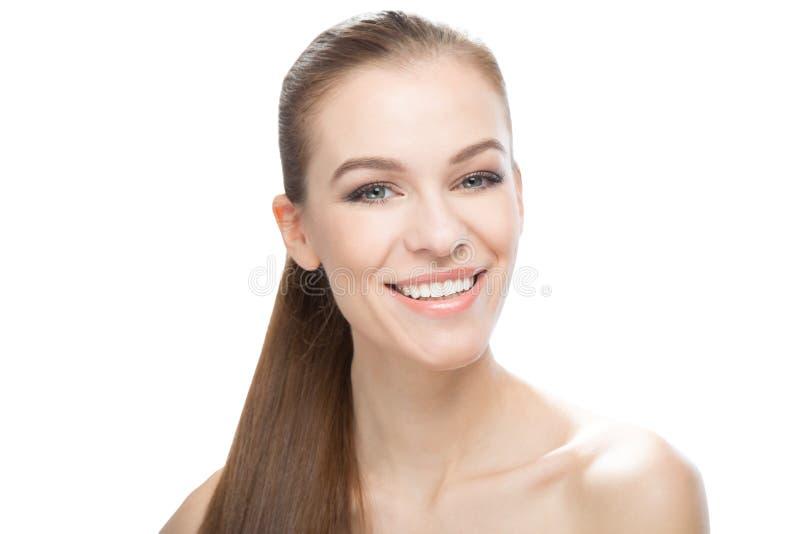 微笑的美丽的少妇画象,白色背景的 免版税图库摄影
