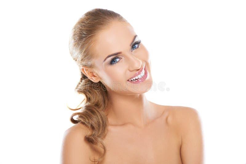 微笑的美丽的白肤金发的妇女 免版税库存照片