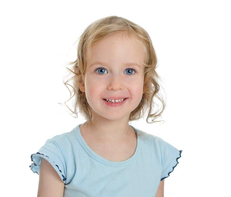 微笑的美丽的白肤金发的小女孩纵向。 免版税库存照片