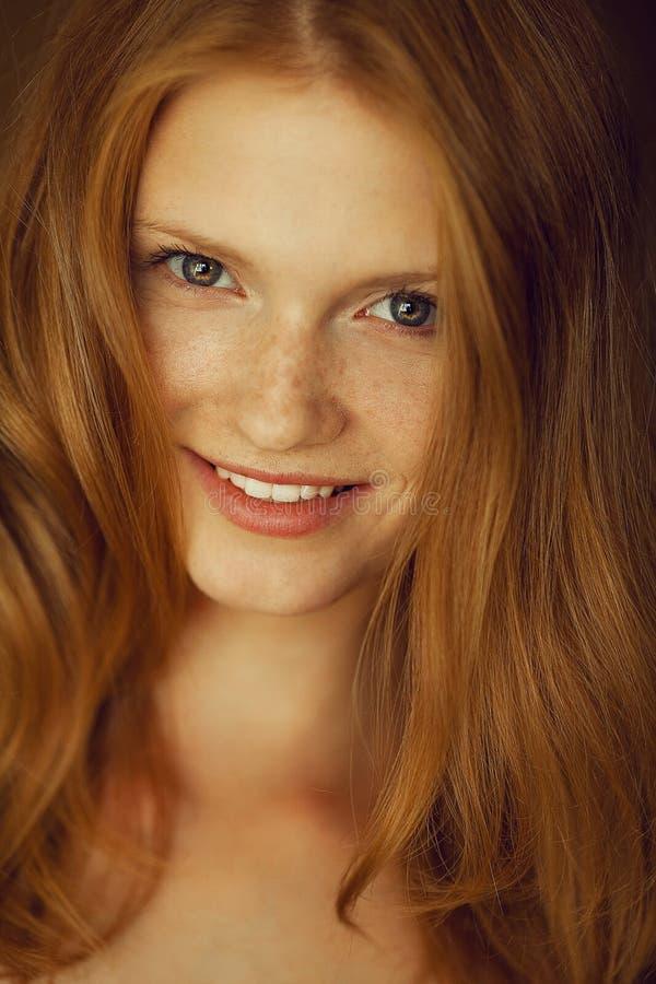 微笑的美丽的红发妇女画象  免版税库存图片