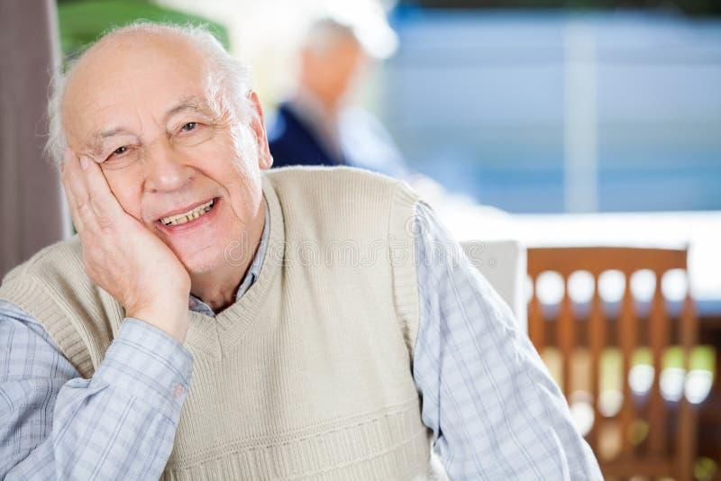 微笑的老人画象老人院的 库存照片