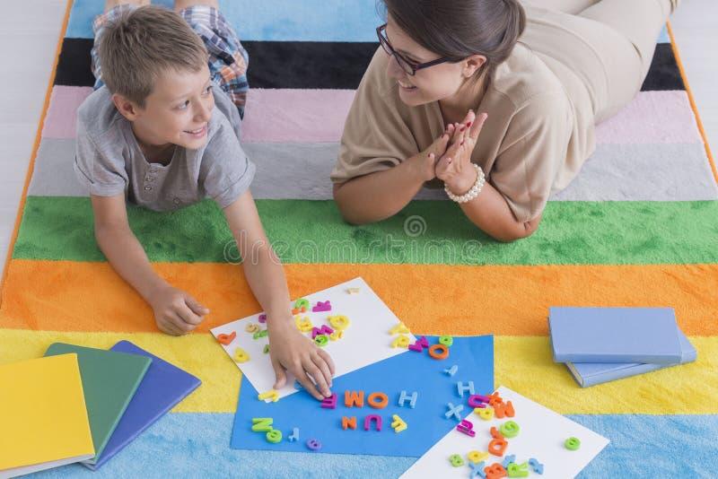 微笑的老师和孩子 图库摄影
