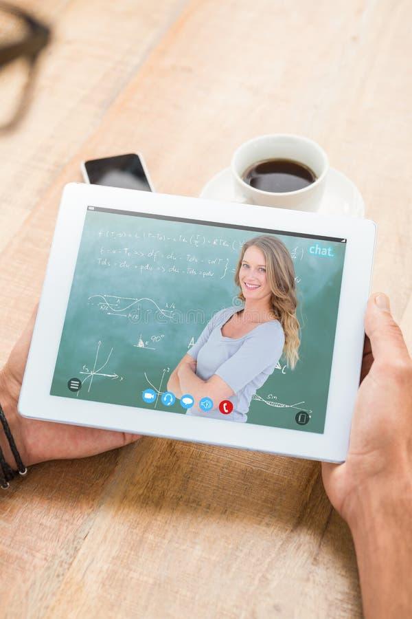 微笑的老师常设胳膊的综合图象在黑板前面横渡了 免版税库存照片