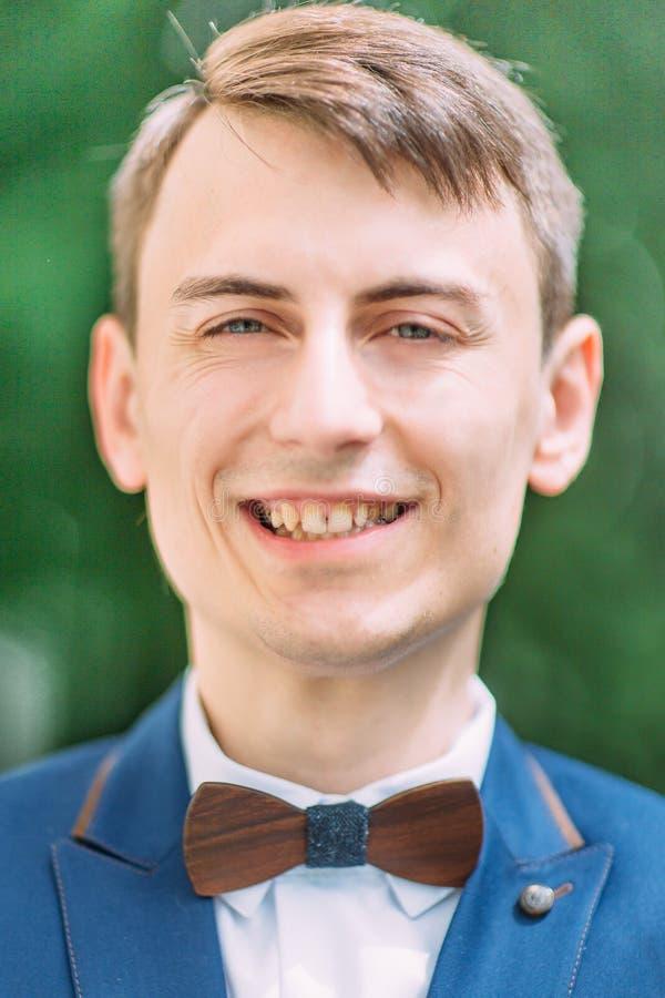 微笑的英俊的新郎的特写镜头画象 库存照片