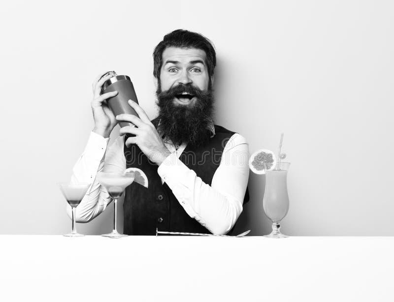 微笑的英俊的有胡子的男服务员 免版税库存图片
