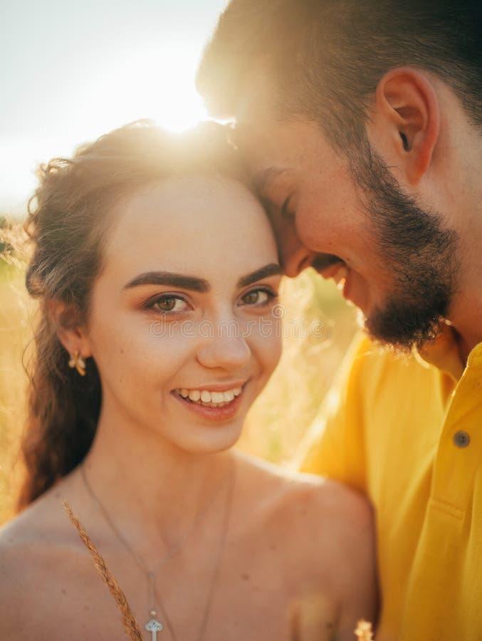 微笑的被迷恋的夫妇画象在草甸的 库存图片