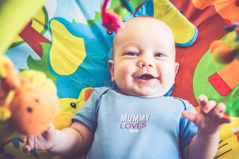 微笑的讨人喜欢的婴孩 免版税库存照片