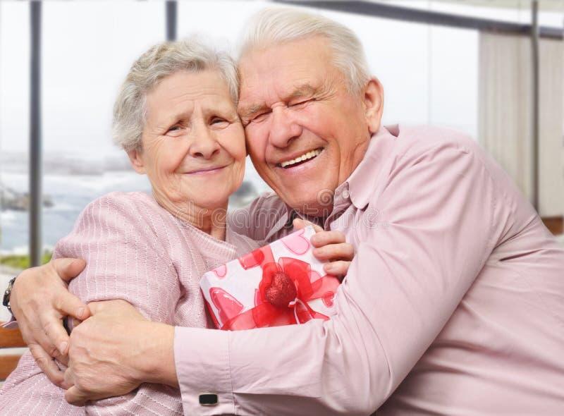 微笑的资深夫妇拥抱 免版税库存图片
