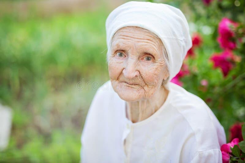 微笑的资深妇女画象  免版税库存照片