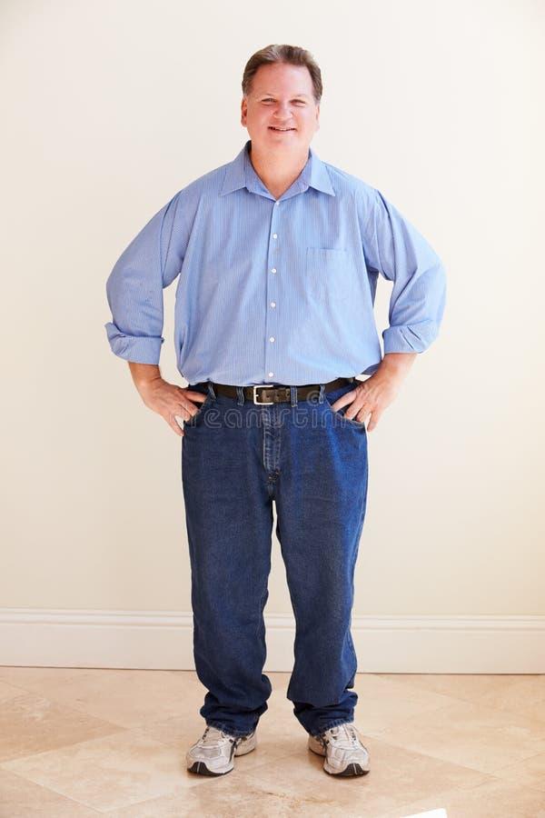 微笑的超重人演播室画象  免版税库存照片