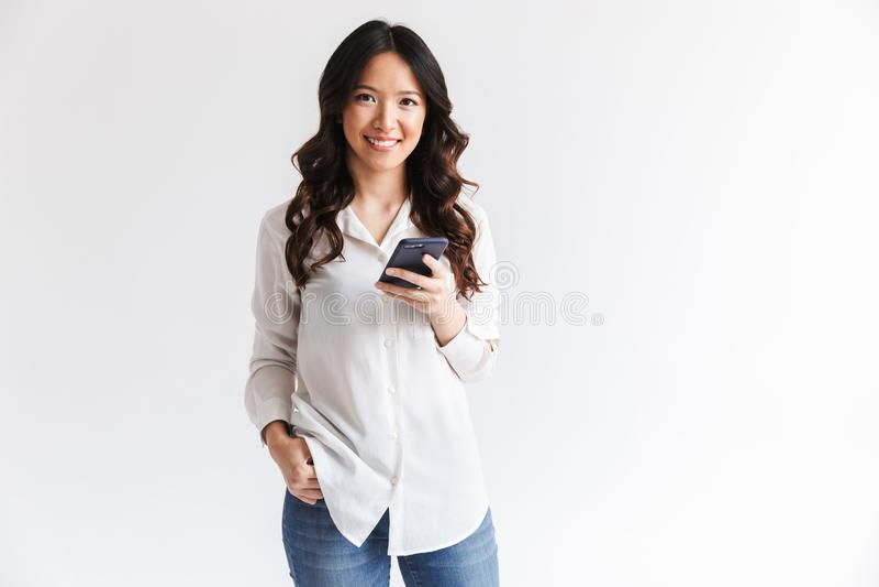 微笑的迷人的亚裔妇女照片有长的黑发holdin的 免版税库存照片
