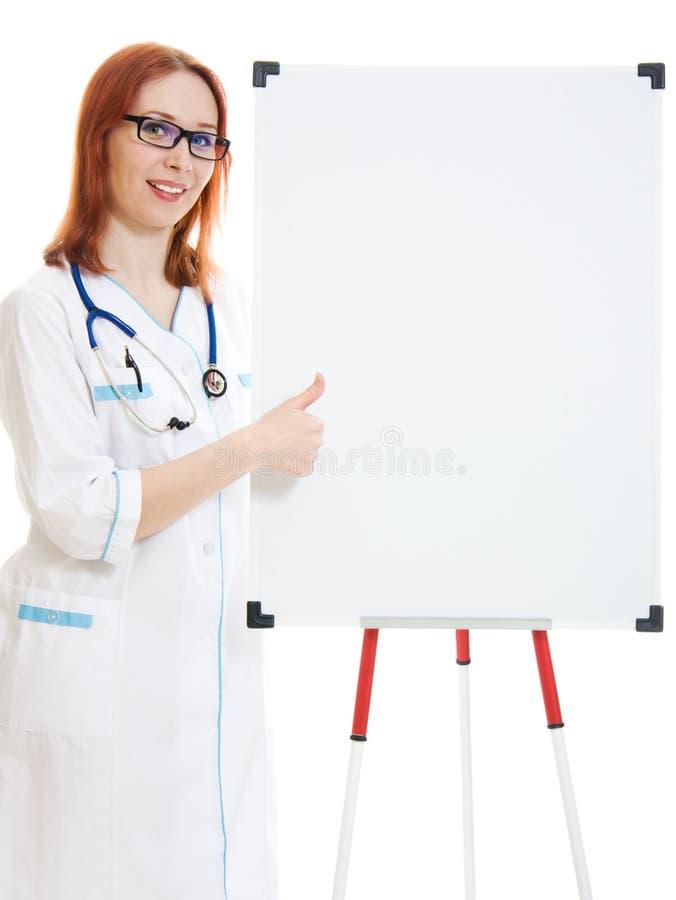 微笑的逗人喜爱的医生妇女 免版税库存照片