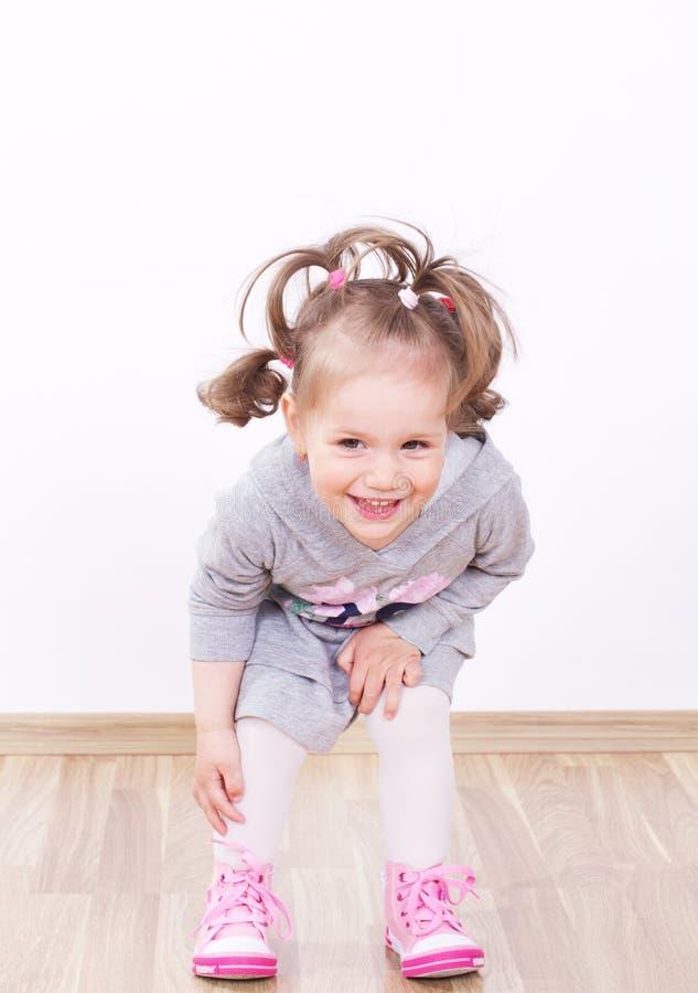 微笑的逗人喜爱的小女孩 免版税图库摄影