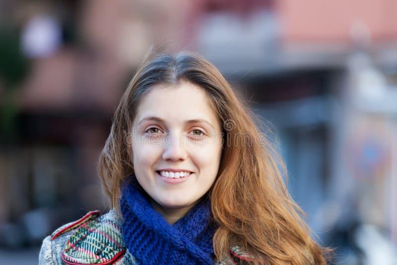 微笑的长发女孩在秋天 免版税图库摄影