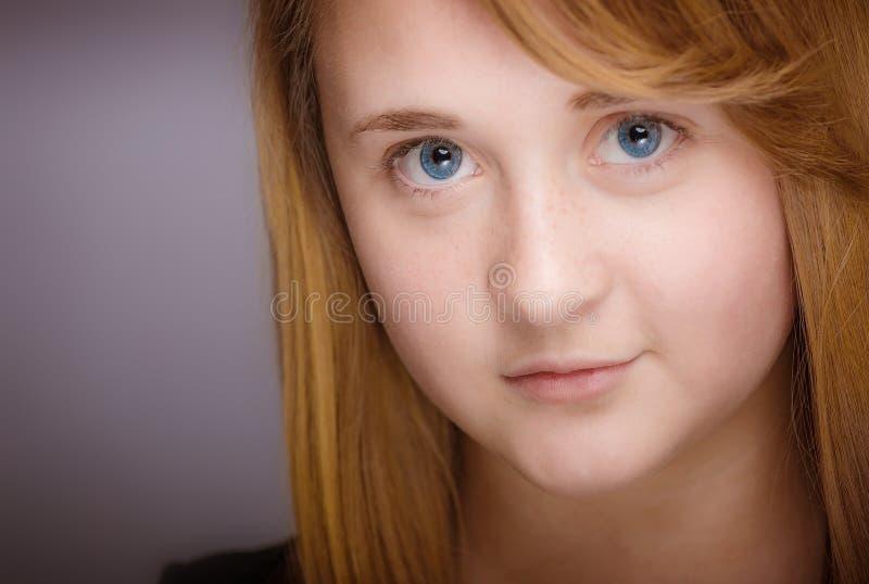微笑的青少年的女孩特写镜头 免版税图库摄影
