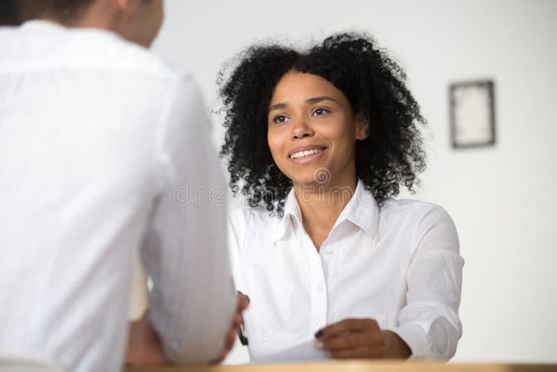 微笑的非洲hr采访的求职者,人力资源m 免版税库存图片