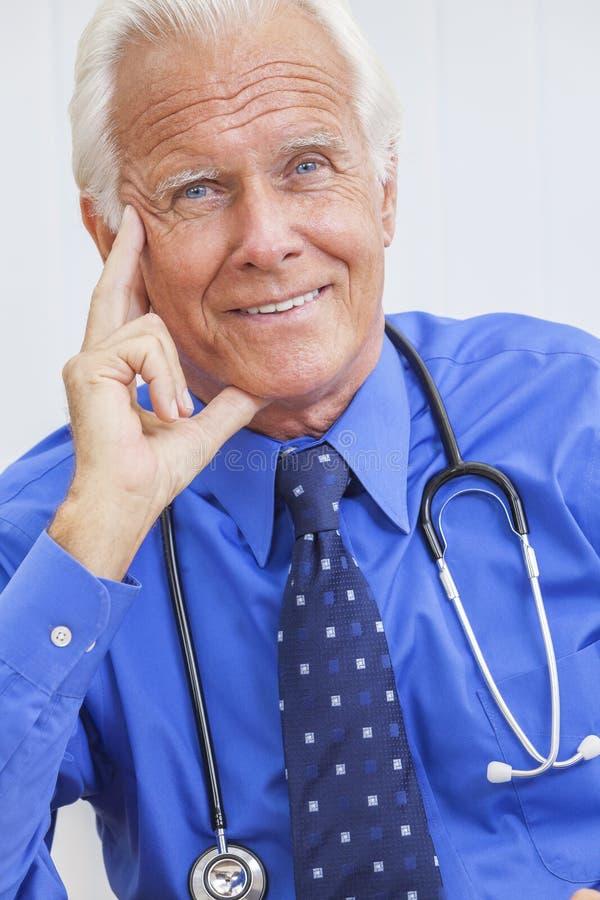 微笑的高级男性医生With Stethoscope 库存照片