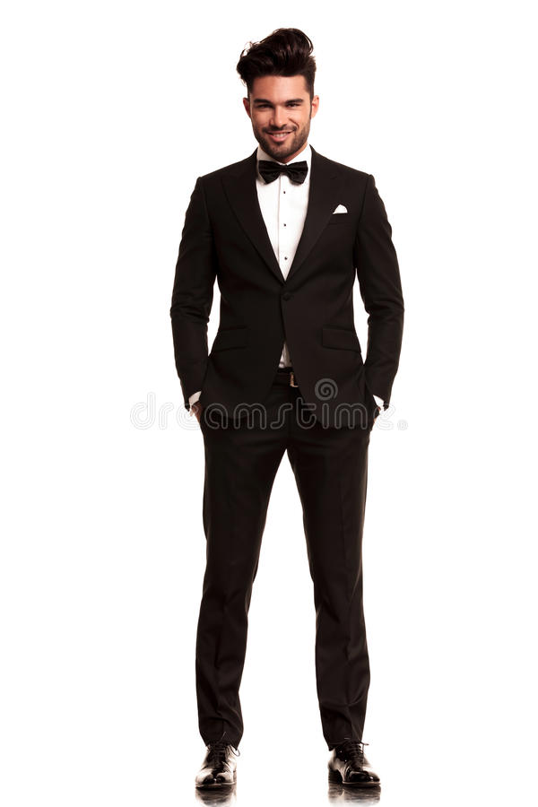 微笑的年轻人佩带的无尾礼服 免版税库存图片
