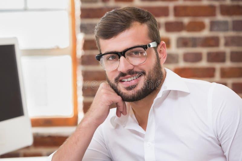 微笑的年轻商人在办公室 免版税库存照片