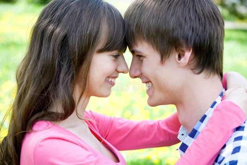 微笑的年轻夫妇特写镜头画象 免版税库存照片