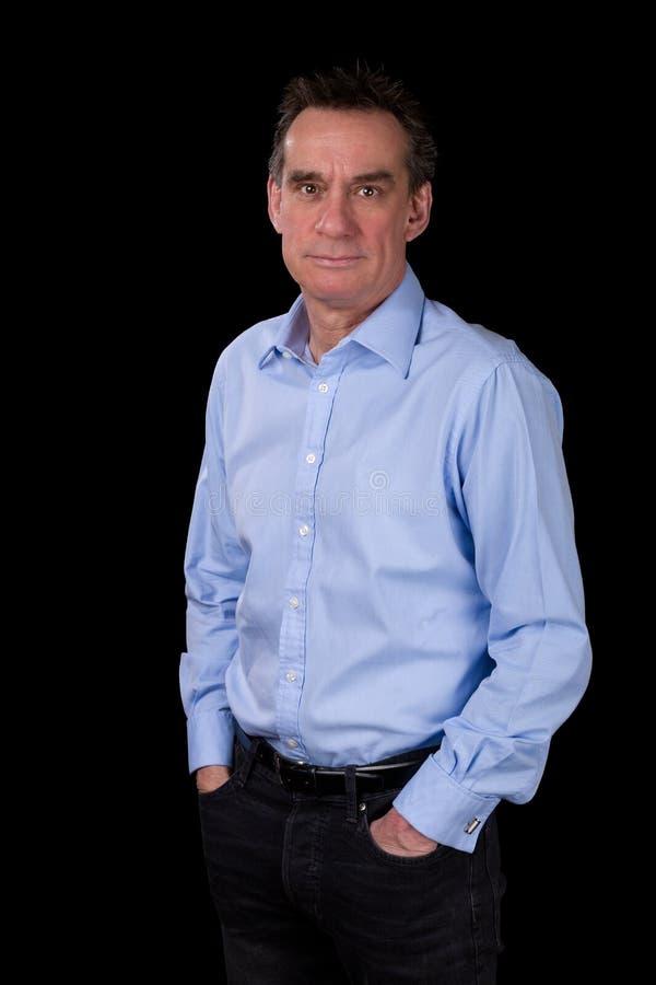微笑的轻松的商人画象蓝色衬衣的 免版税库存照片