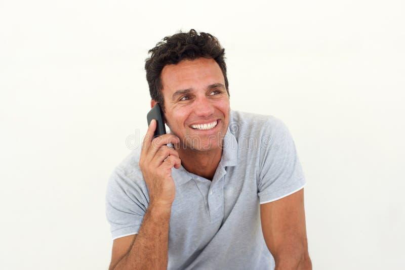 微笑的更老的人谈话在手机 免版税库存图片